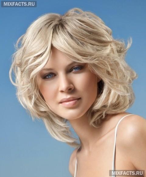 Стрижка на волнистые средние волосы для овального лица