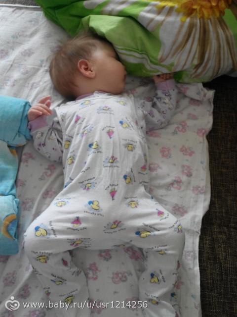 Второе фото – это зеркальное отражение правой половины лица, третье фото – зеркальное отражение левой половины лица. Таким образом мы можем избежать плоского затылка, часто вызванного тем, что ребенок в основном спит на спине и асимметрии лица – если ребенок постоянно спит на.